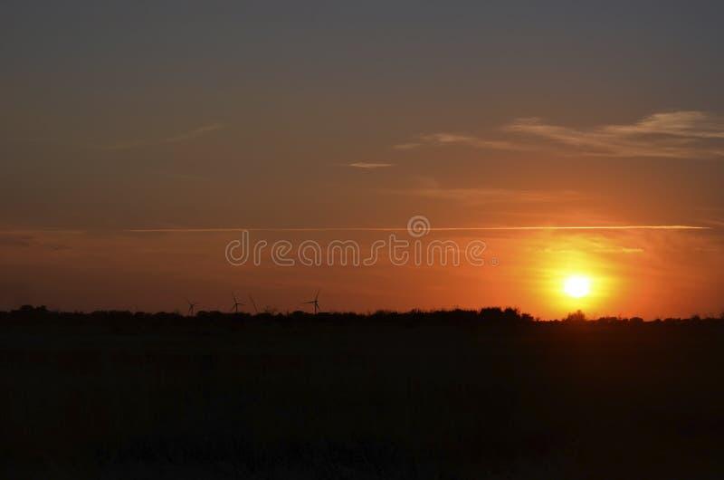 Línea blanca fina en el cielo Puesta del sol imagen de archivo libre de regalías