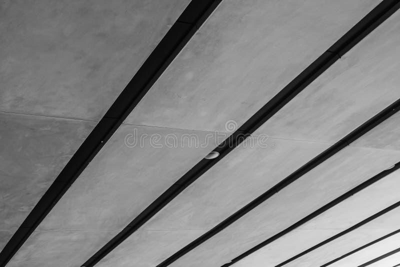 Línea blanco y negro abstracta de la imagen de techo de la arquitectura en el metro de edificios modernos imagen de archivo