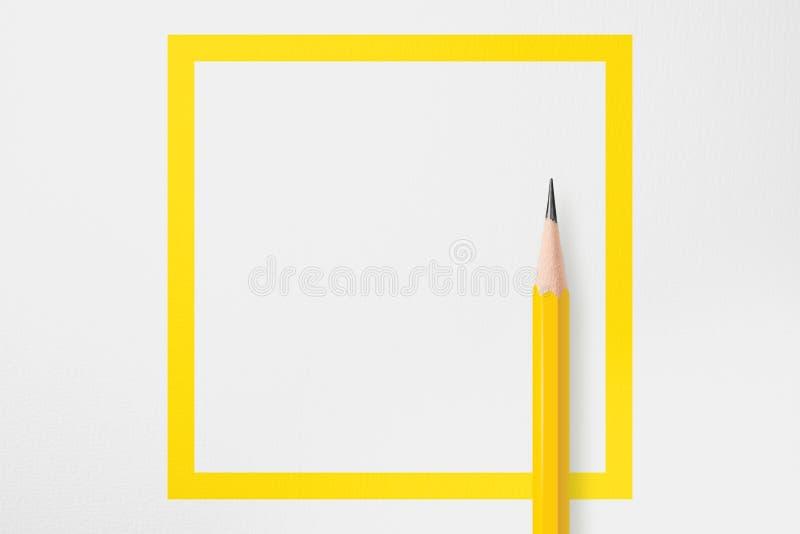 Línea cuadrada amarilla con el lápiz amarillo foto de archivo libre de regalías