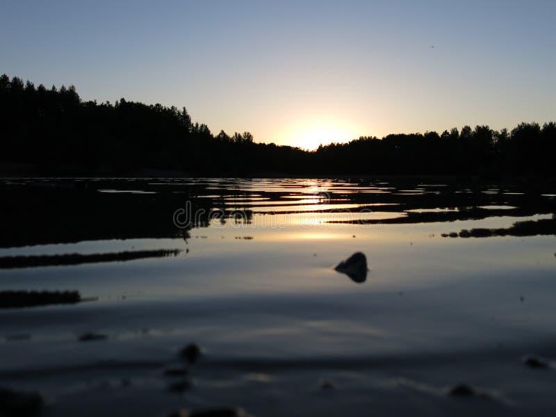 Línea de agua de la puesta del sol imagen de archivo