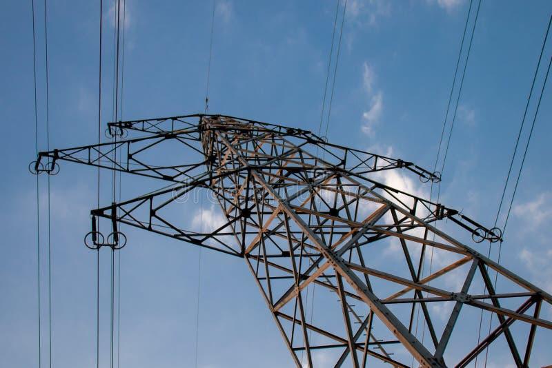Línea de alto voltaje, enery para la gente imagen de archivo