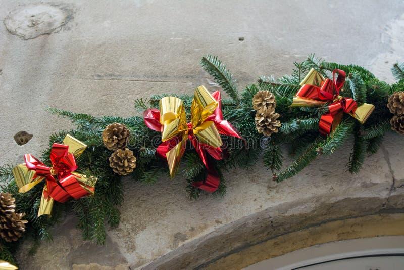 Línea de arco y de decoración en la estación de la Navidad en puerta concreta imagen de archivo libre de regalías