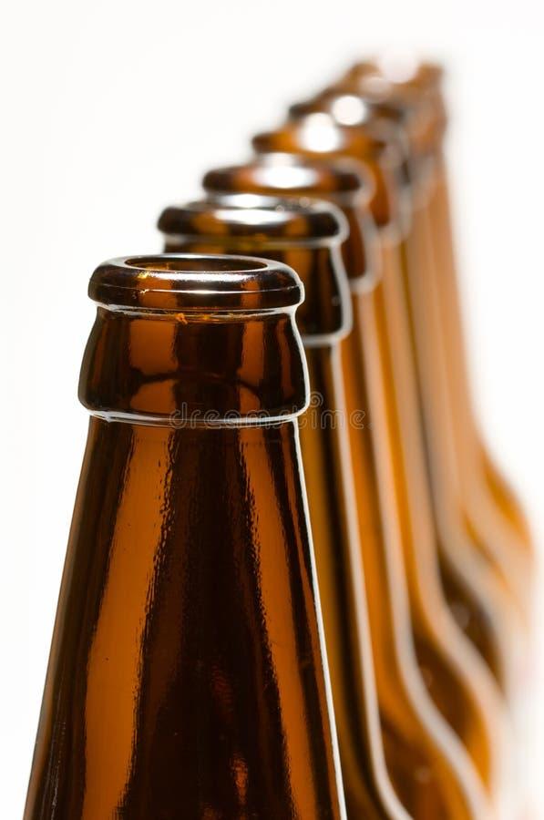 Línea de botellas aisladas en blanco foto de archivo libre de regalías