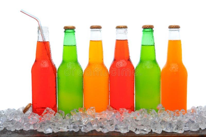 Línea de botellas de soda imagen de archivo
