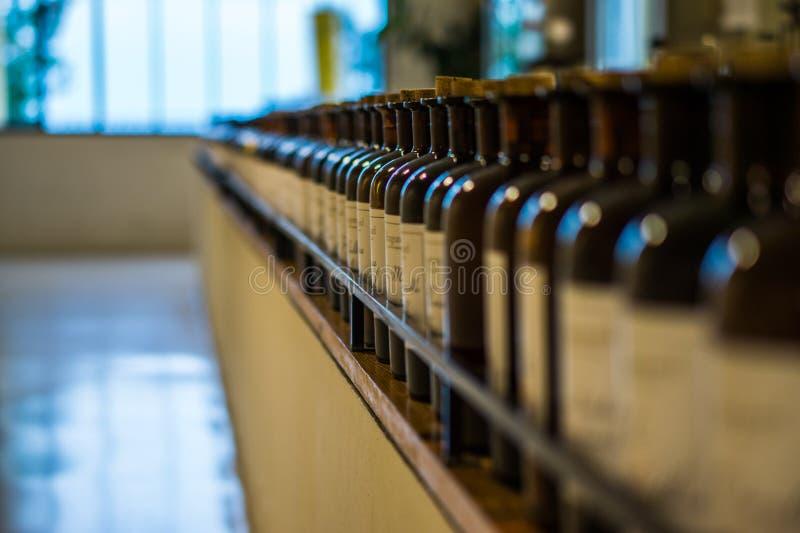 Línea de botellas tapadas con corcho fotos de archivo libres de regalías