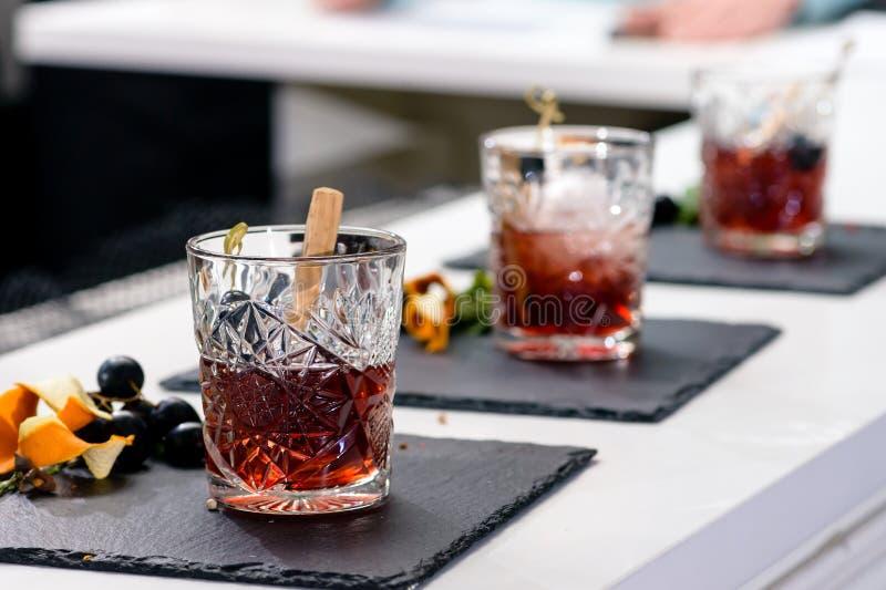 Línea de cócteles alcohólicos clásicos del padrino en los vidrios a de las rocas foto de archivo libre de regalías