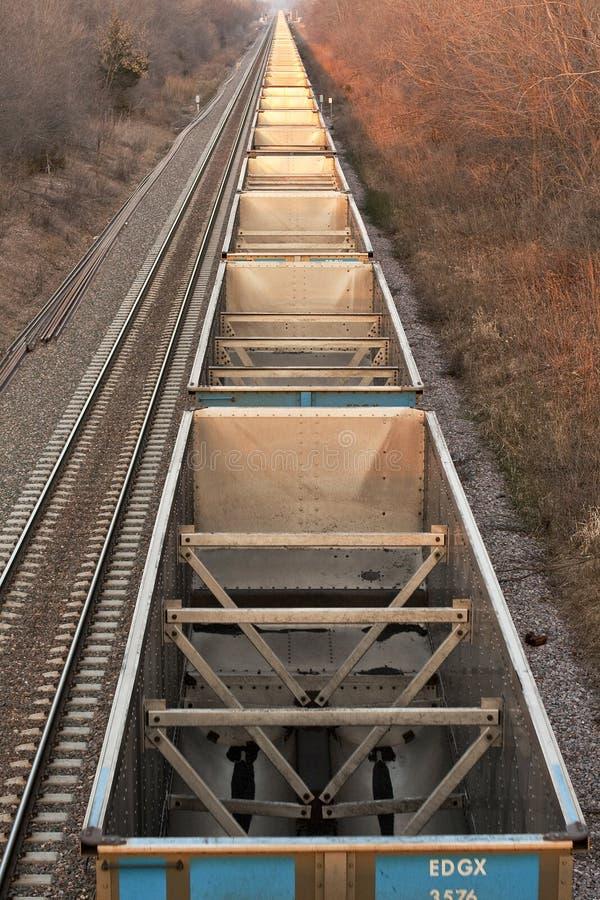Línea de coches de carbón vacíos de arriba fotografía de archivo libre de regalías