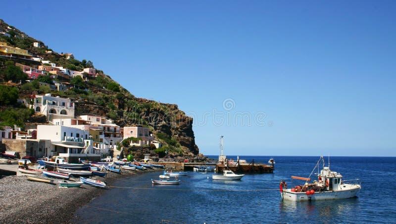 Línea de costa de Alicudi imagenes de archivo