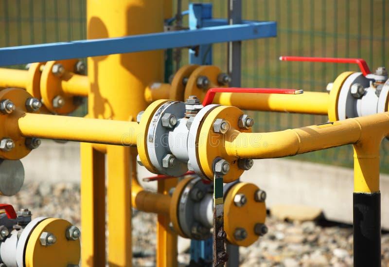 Línea de gas del elemento alto y presión media Tubos amarillos del transporte en la superficie de la cerca Sistema de abastecimie imagen de archivo