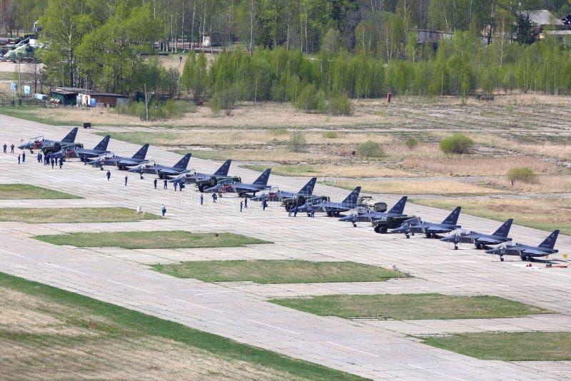 Línea de jets militares a estrenar de Yakovlev Yak-130 que se colocan en la base de las fuerzas aéreas de Klin en Victory Day imágenes de archivo libres de regalías