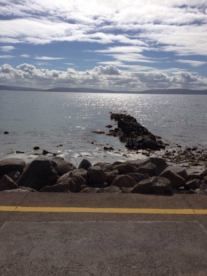 Línea de la costa de mar imagenes de archivo