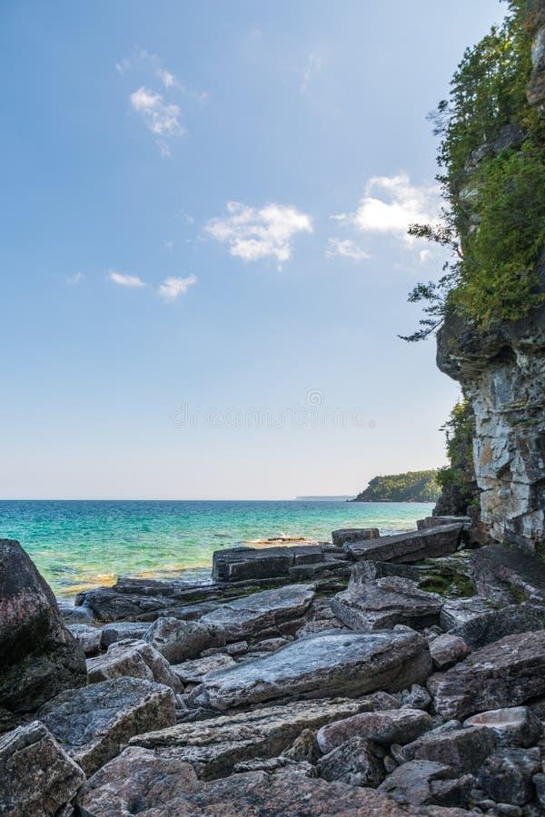 Línea de la playa de Bruce Peninsula en el parque nacional Ontario o del lago cyprus foto de archivo