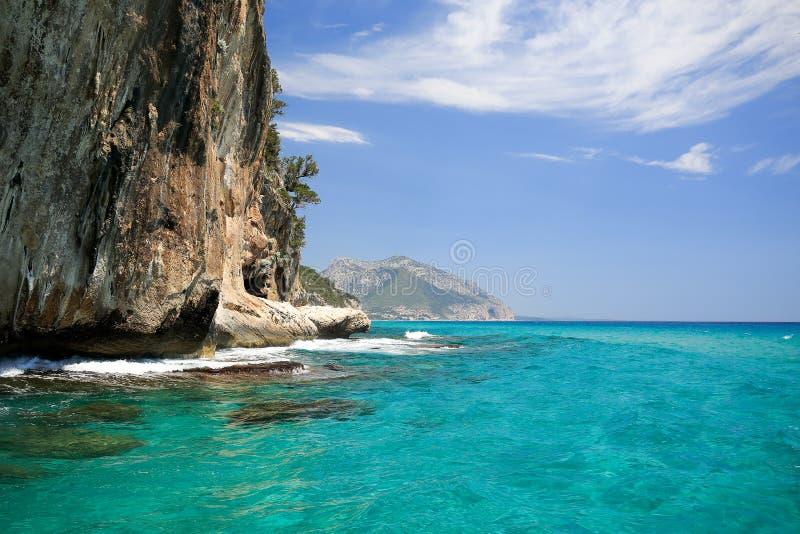 Línea de la playa de Cala Gonone un destino turistic en Cerdeña durante verano fotografía de archivo