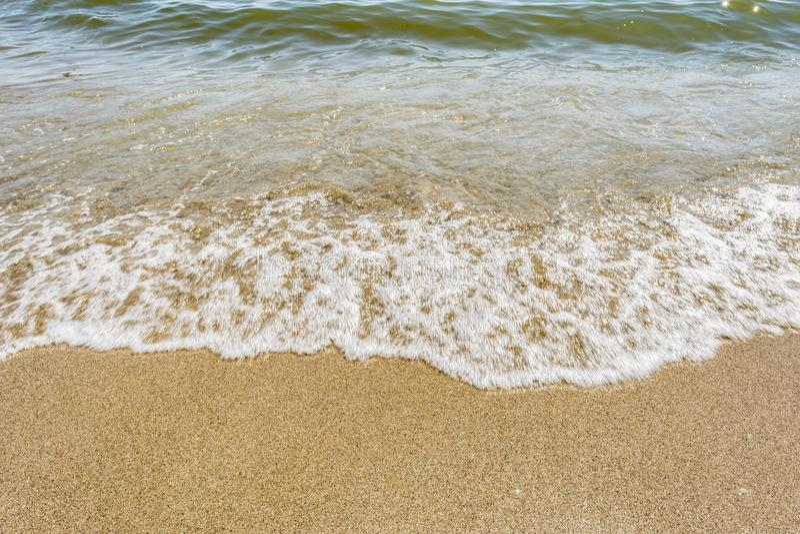 Línea de la playa con las ondas, playa arenosa en un día soleado claro, fondo del mar del extracto de la naturaleza del primer foto de archivo libre de regalías