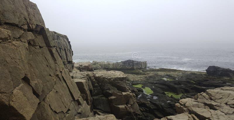 Línea de la playa costera de niebla fotos de archivo libres de regalías
