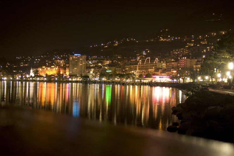Línea de la playa de Ginebra del lago - Montreux por la noche (783_8356) imagen de archivo