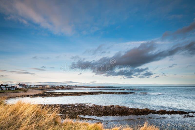 Línea de la playa del pueblo de Beadnell imagen de archivo