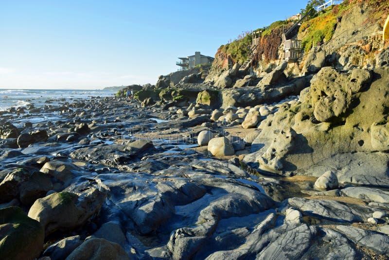 Línea de la playa en Cress Street Beach en Laguna Beach, California fotos de archivo