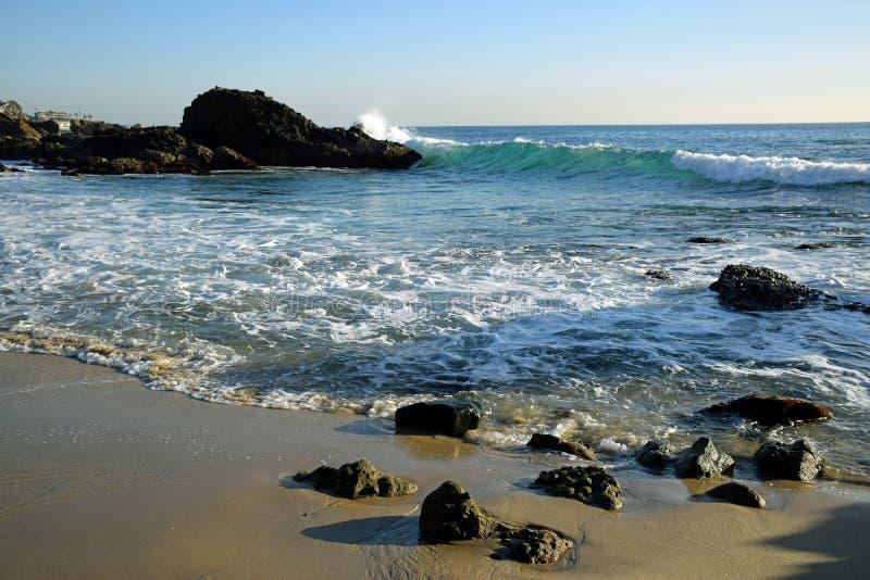 Línea de la playa en la playa en Laguna Beach, California de la ensenada de maderas imágenes de archivo libres de regalías