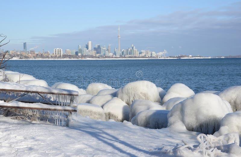 Línea de la playa revestida del hielo y horizonte de Toronto fotos de archivo libres de regalías