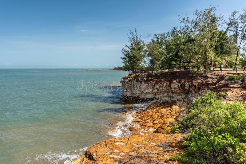 Línea de la playa rocosa del punto del este, Darwin Australia imagen de archivo