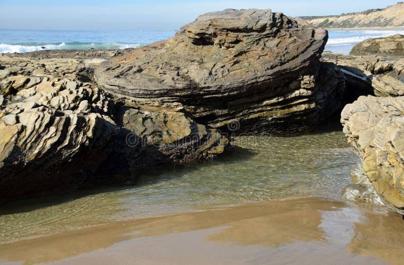 Línea de la playa rocosa en Crystal Cove State Park, California meridional fotos de archivo