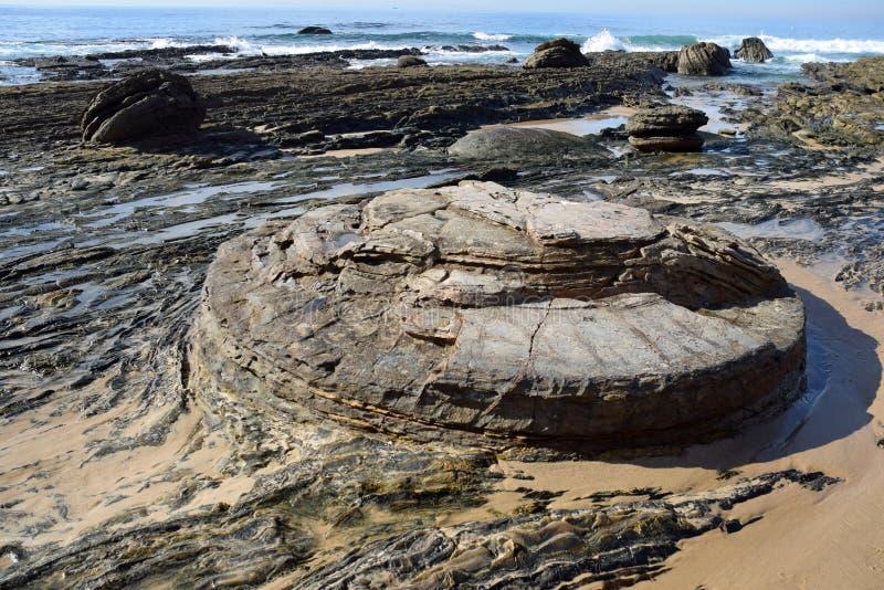 Línea de la playa rocosa en Crystal Cove State Park, California meridional fotografía de archivo