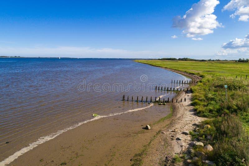 Línea de la playa y cielo azul imagen de archivo libre de regalías