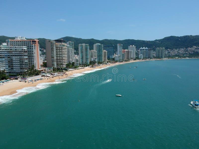 Línea de los hoteles de la playa de Acapulco en día soleado fotografía de archivo