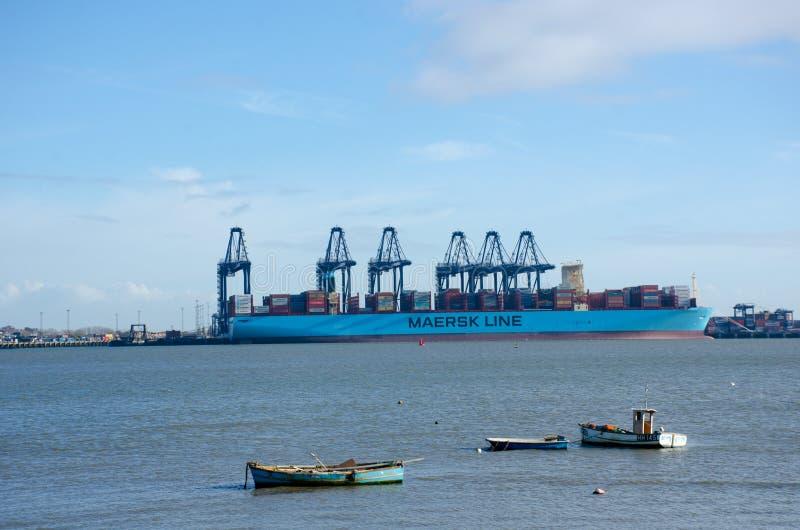 Línea de Maersk portacontenedores en puerto en Flexistowe fotografía de archivo