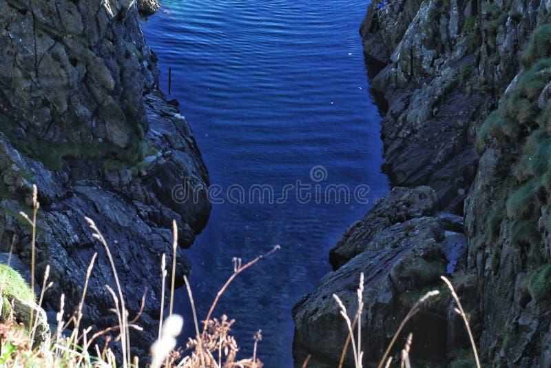 Línea de mar roca fotos de archivo