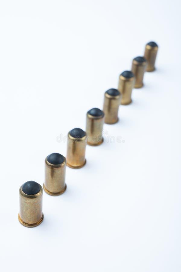 Línea de pelotas de goma y de cartuchos en fila foto de archivo