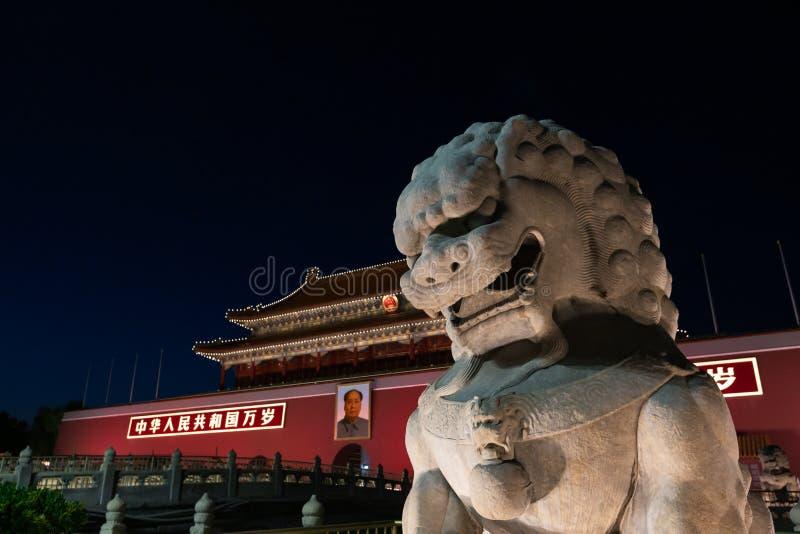 Línea de piedra delante de la puerta de Tiananmen de la ciudad Prohibida en la noche, en Pekín, China foto de archivo