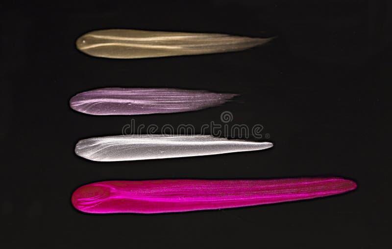 Línea de pintura derramada del cepillo del esmalte de uñas macro del primer imagenes de archivo
