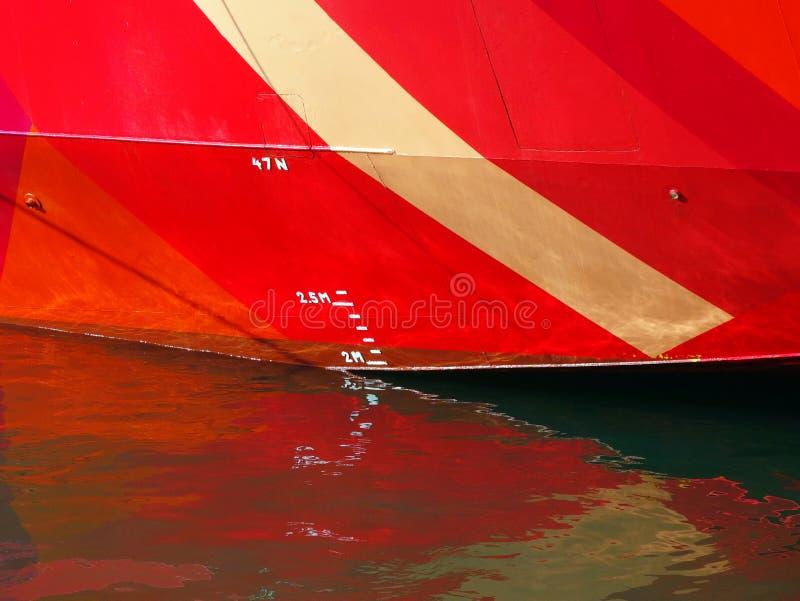 Línea de Plimsoll en la nave roja foto de archivo libre de regalías