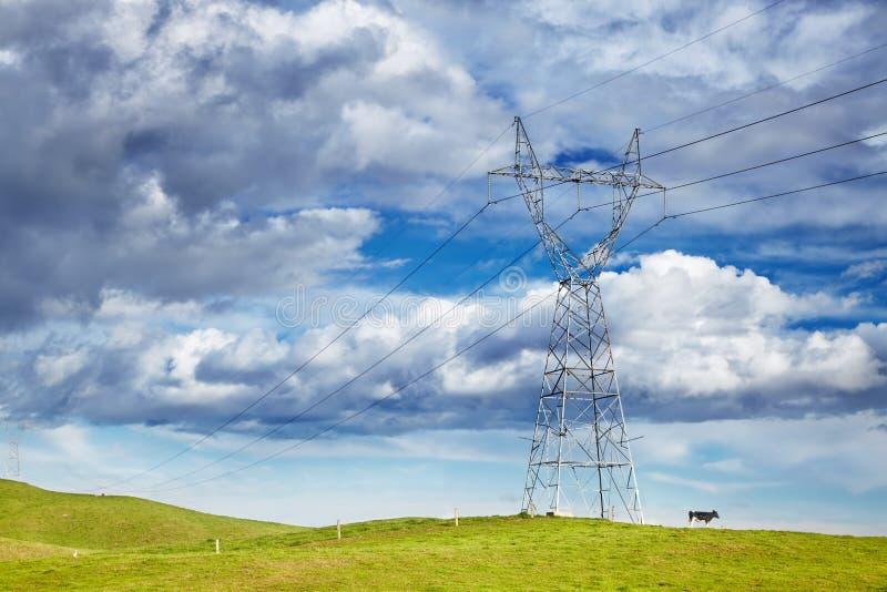 Línea de poder contra el cielo azul imagen de archivo