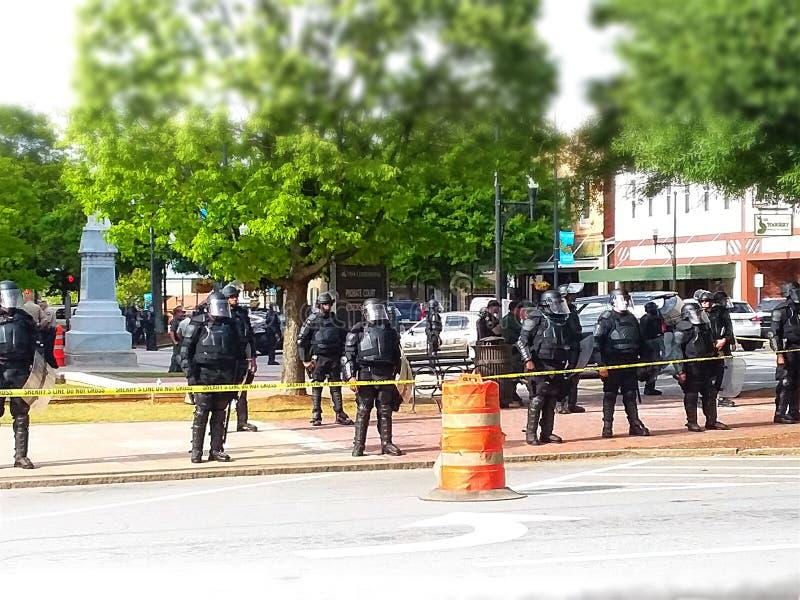 Línea de policía durante protestas en Atlanta fotos de archivo