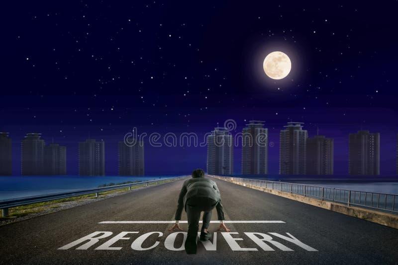Línea de RECUPERACIÓN del hombre de negocios delante de la ciudad Opinión trasera de la noche Ele fotografía de archivo