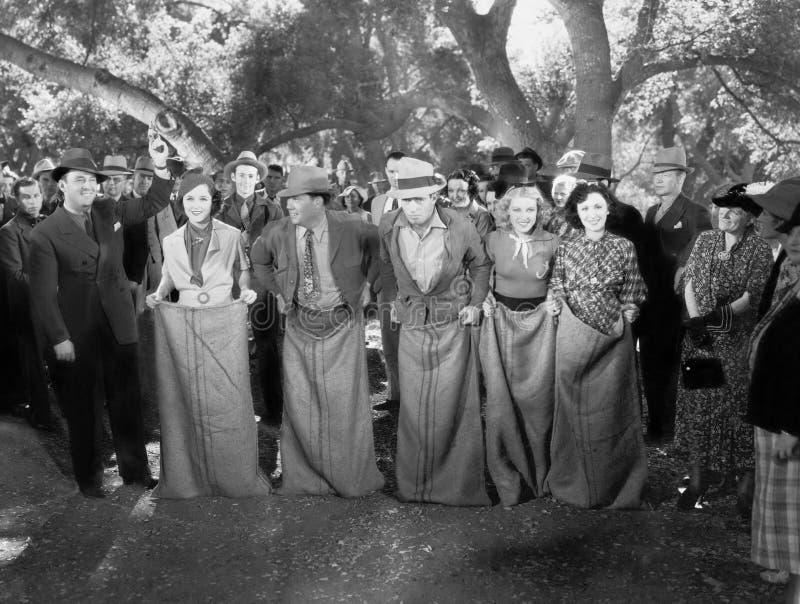 Línea de salida en la raza de saco (todas las personas representadas no son vivas más largo y ningún estado existe Garantías del  fotos de archivo
