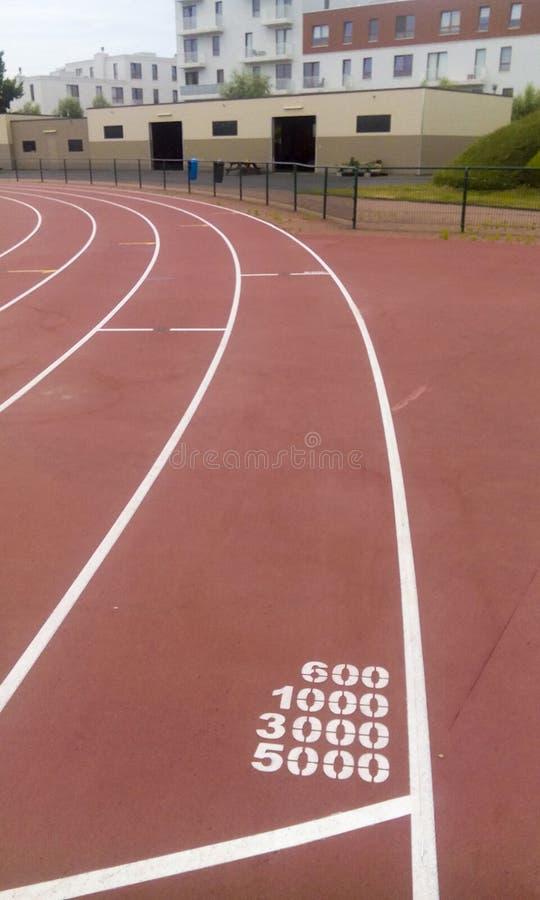 Línea de salida de la pista del campo en un estadio fotos de archivo libres de regalías