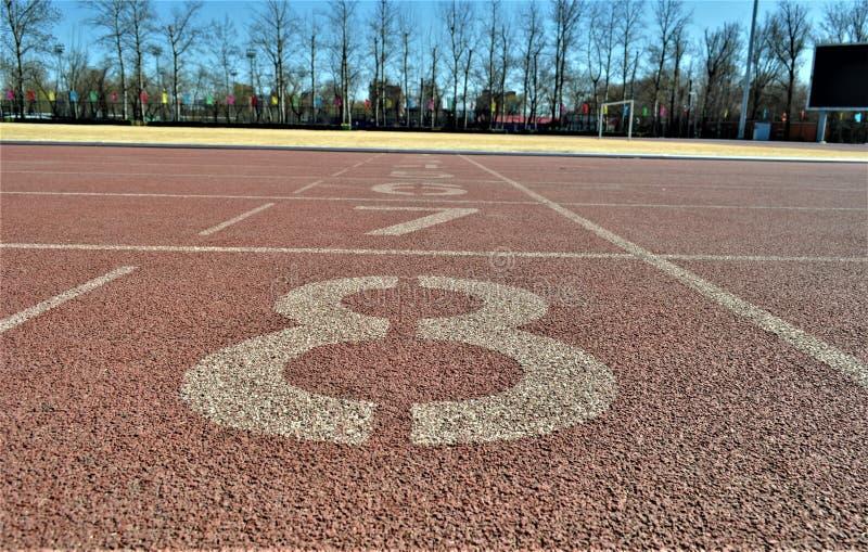 Línea de salida de la pista de la universidad del deporte de Pekín fotos de archivo