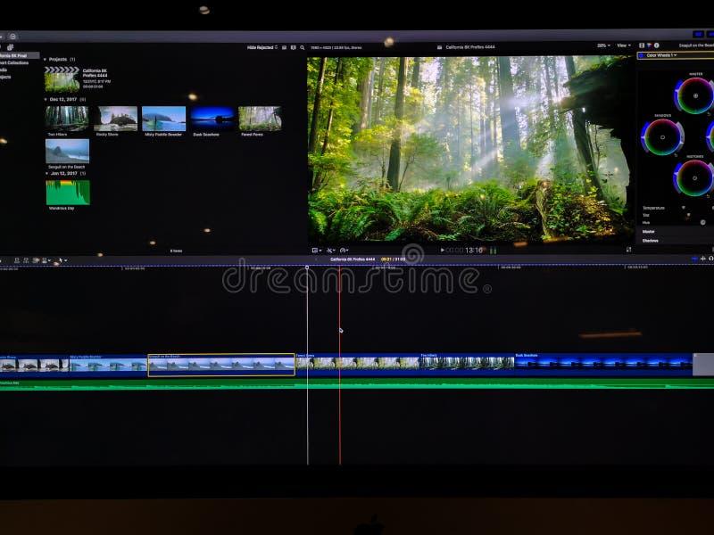Línea de tiempo y clips que corrigen video en una pantalla de ordenador - edición video foto de archivo libre de regalías