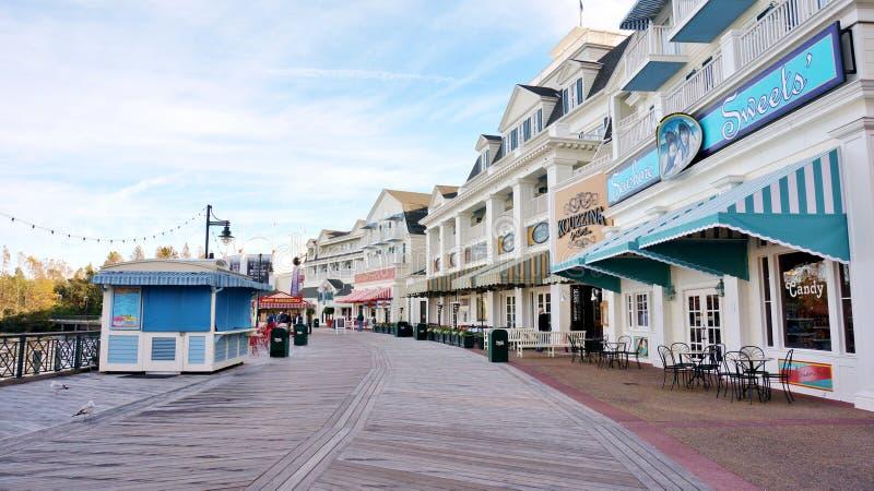 Línea de tiendas en el paseo marítimo de Disney imágenes de archivo libres de regalías