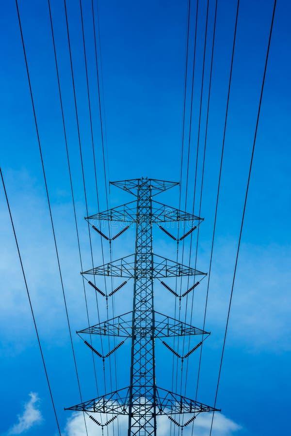 Línea de transmisión de alto voltaje de la energía eléctrica torre del pilón imagen de archivo libre de regalías