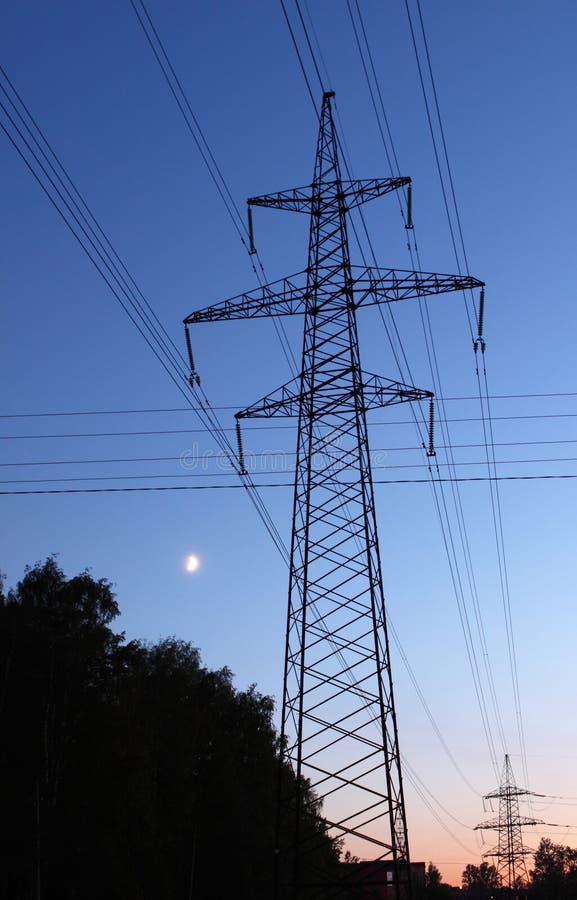 Línea de transmisión torres imagenes de archivo