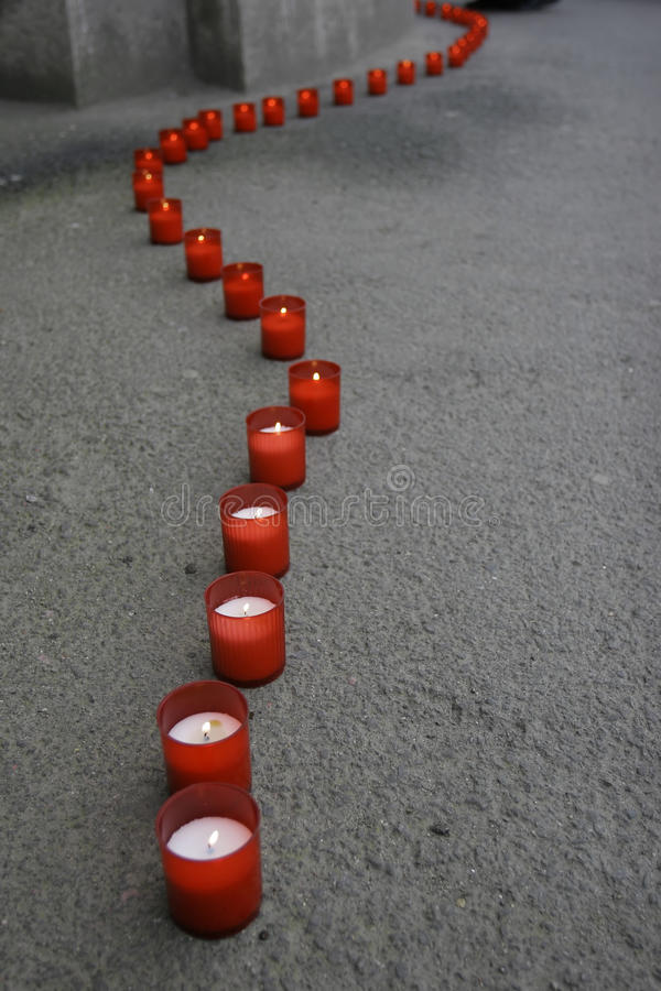 Línea de velas rojas imagen de archivo libre de regalías