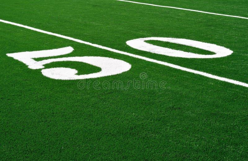 Línea de yardas 50 en campo de fútbol americano fotos de archivo