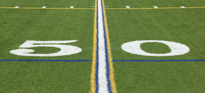 línea de yardas 50 en un campo de fútbol foto de archivo