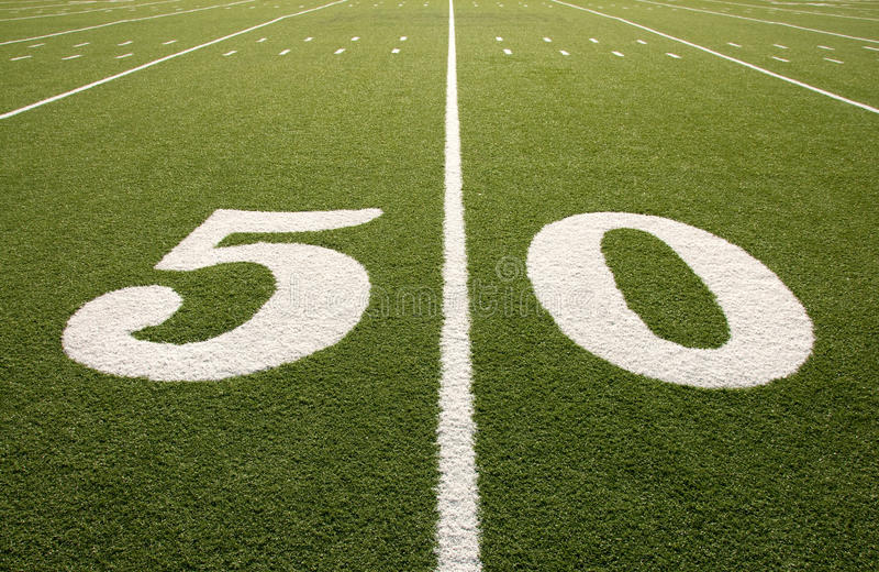 Línea de yardas americana del campo de fútbol 50 imagen de archivo