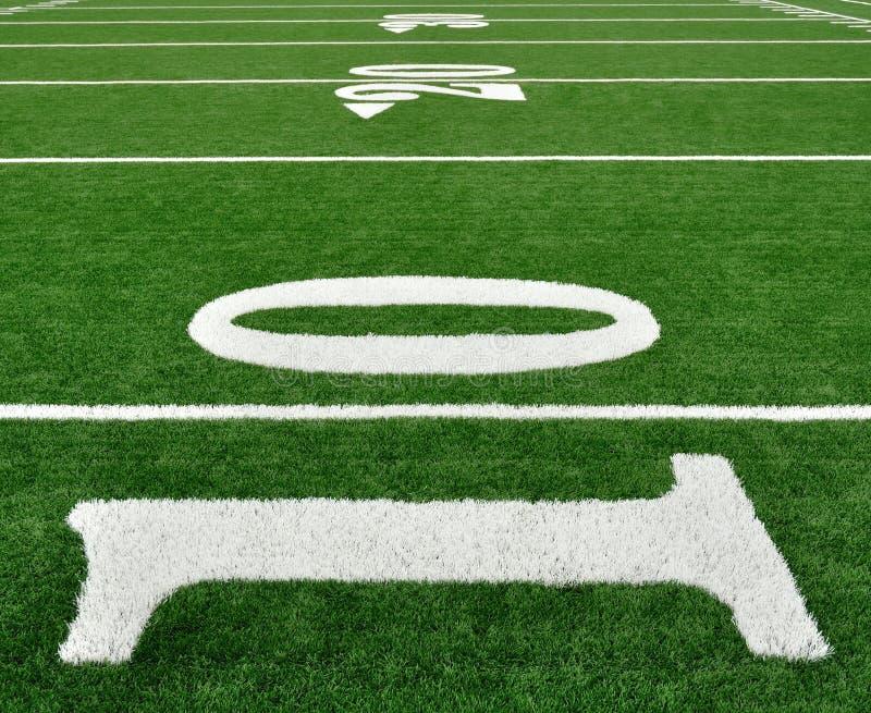 Línea de yardas diez en campo de fútbol americano imagen de archivo